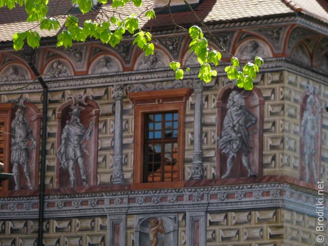 Украшенные росписью стены домов замка Чешский Крумлов