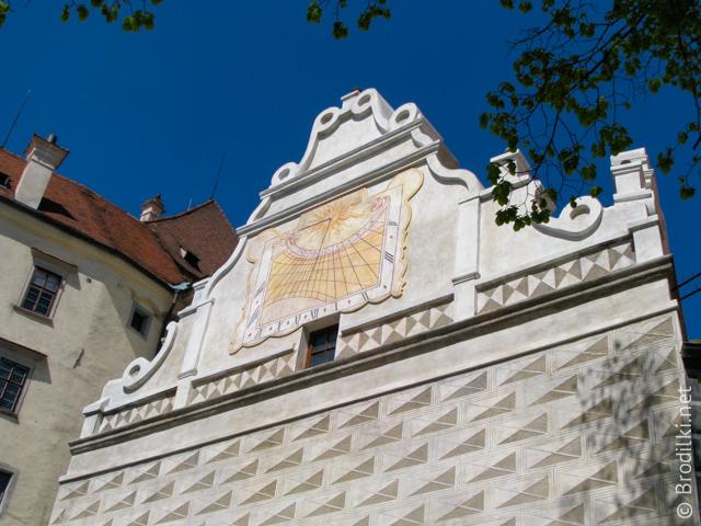 Солнечные часы на фасаде дома в замковом комплексе Чешский Крумлов