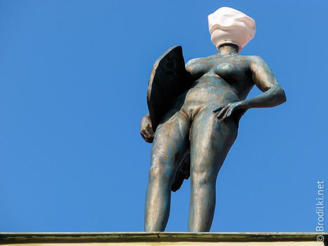 Стоящая голая женщина-фонарь. Необычные скульптуры Праги