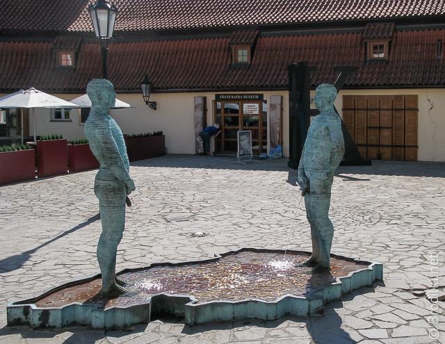 Фонтан &laqou;Писающие Мужичины&raqou;. Необычные скульптуры Праги