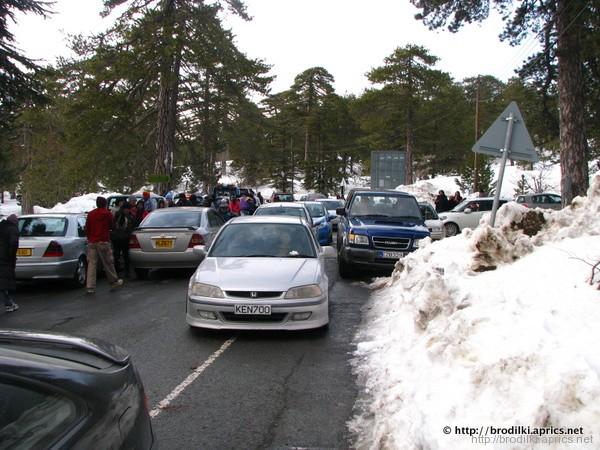 Небольшая автомобильная пробка в деревне Троодос