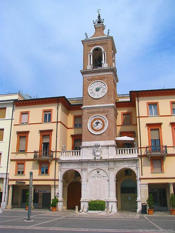 Башня с часами на площади Тре Мартири. Римини, Италия