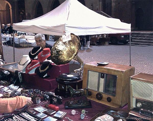 """""""Блошиный"""" рынок на площади Кавур в Римини, Италия."""
