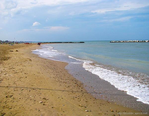 Пляж в Римини в низкий сезон