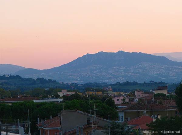 Вид на гору Титано (Сан-Марино) из номера гостиницы в Римини, Италия.