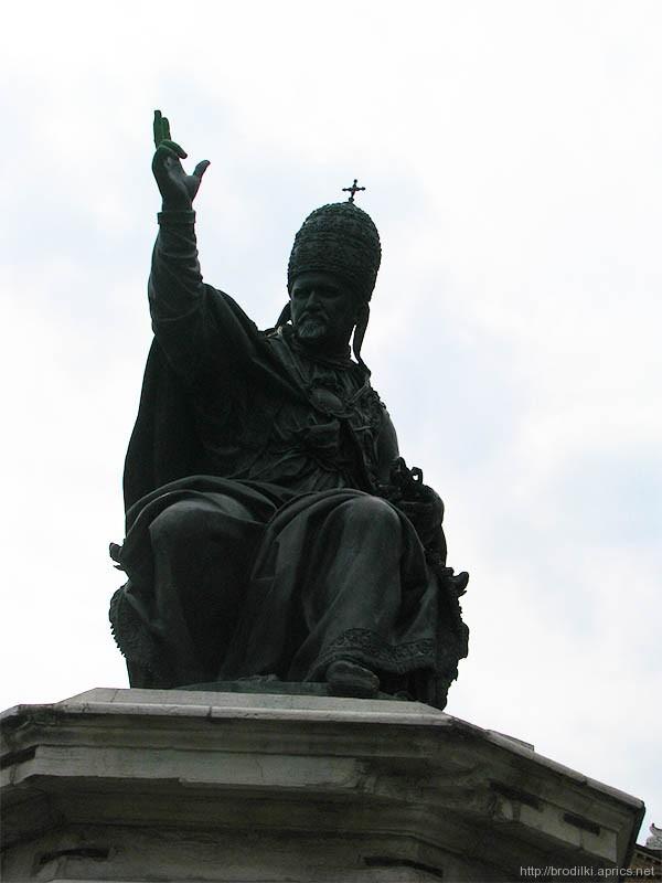 Римини. Памятник Папе Павлу V на площади Кавур.