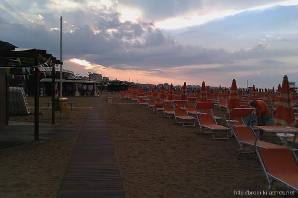 Пляж Римини в разгар сезона