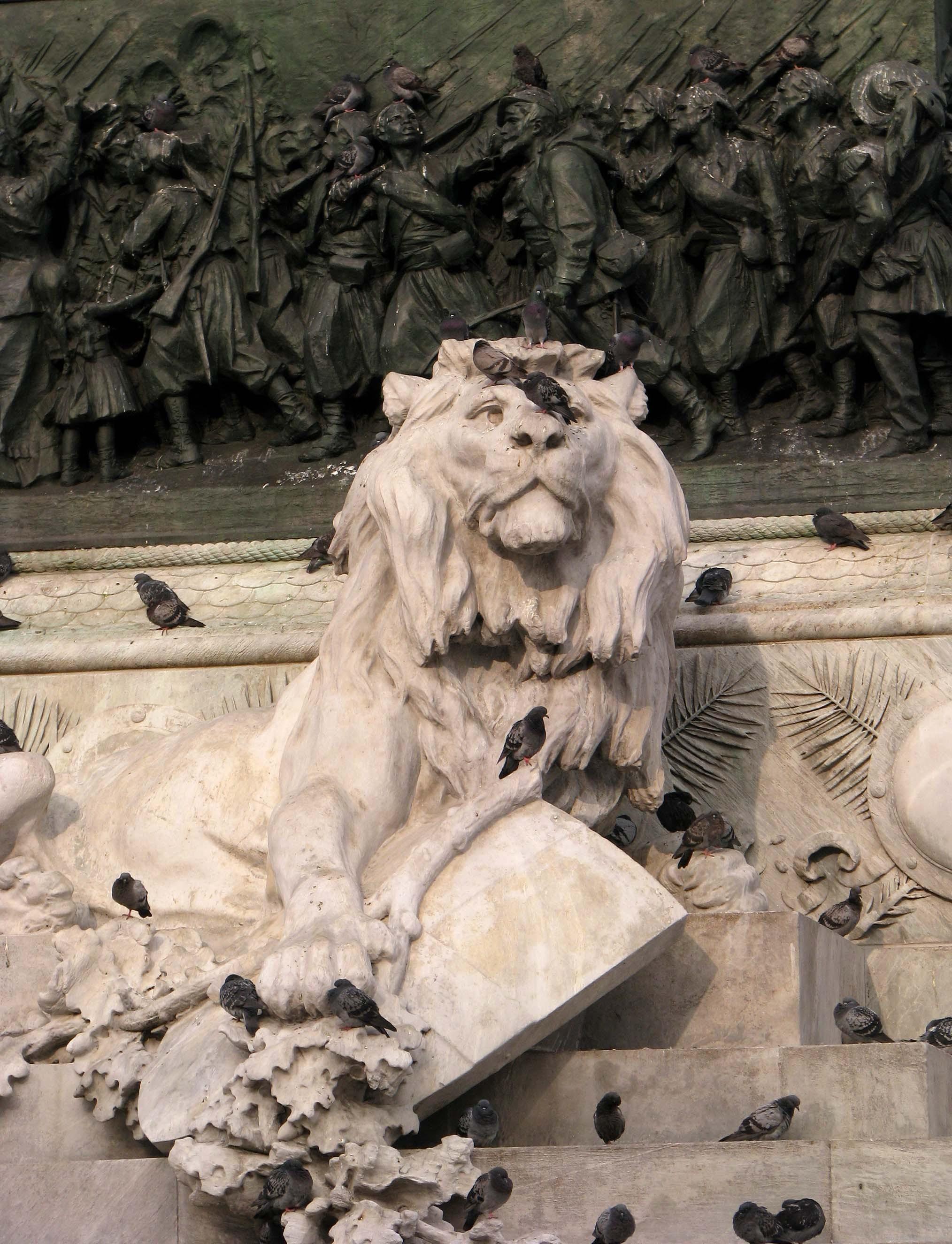 Барельеф льва на постаменте