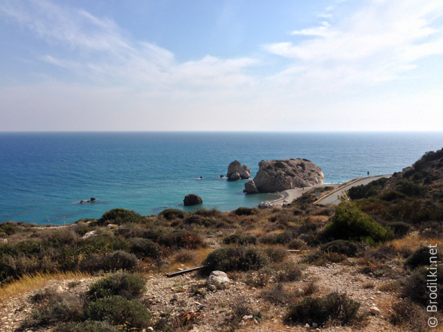 Вид с холма на камень Афродиты и бухту