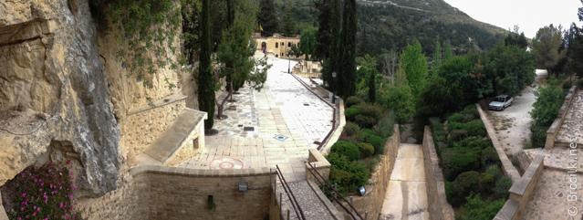 Вид из монастыря Агиос Неофитос на внутренний двор