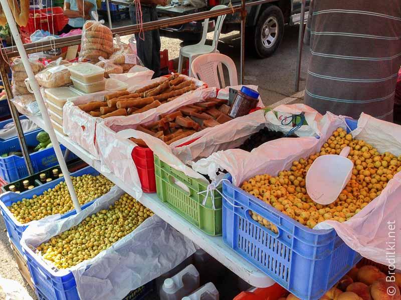 Субботний рынок: зеленые оливки, сухофрукты