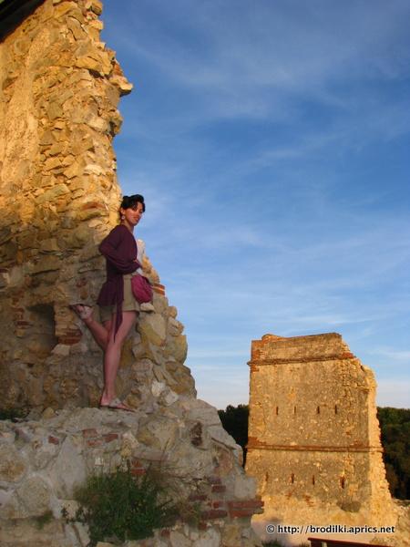 На развалинах башни на холме в Калелье
