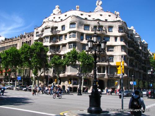 Дом Мила (Барселона, Испания, достопримечательности)